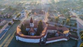 La vue aérienne de Prejmer a enrichi l'église Roumanie de centre de la ville d'â de Brasov vieil Images libres de droits
