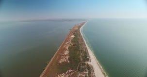 La vue aérienne de Sasyk a également appelé le lac Kunduk en Ukraine près de Kiliya et de Mer Noire banque de vidéos