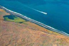 La vue aérienne de la surface d'océan et le luxe font de la navigation de plaisance photographie stock libre de droits
