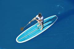 La vue aérienne de tiennent le paddleboarder Photo libre de droits