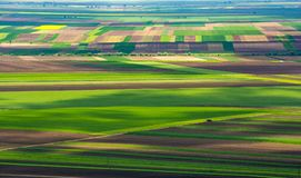 La vue aérienne de la Transylvanie au-dessus des cultures met en place en Roumanie images stock