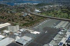 La vue aérienne des avions, des hélicoptères, et des voitures a garé par des bâtiments Photos libres de droits