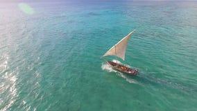 La vue aérienne des pêcheurs sortent sur des voiliers à l'océan pour la pêche zanzibar banque de vidéos