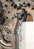 La vue aérienne des parapentistes préparant l'équipement sur Babadag pour le lancement/préparent pour voler photos libres de droits