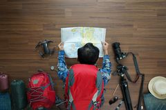 La vue aérienne des vacances de plan d'homme de voyageur et de planification de sac à dos voyagent Image stock
