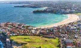 La vue aérienne du littoral de Sydney et le Bondi échouent, la Nouvelle-Galles du Sud image stock