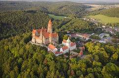 La vue aérienne du puits a préservé le château gothique Bouzov Images stock