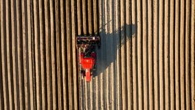 La vue aérienne du tracteur effectue l'ensemencement sur le champ clips vidéos