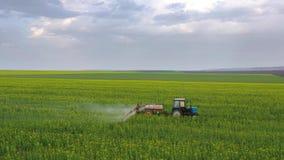 La vue aérienne du tracteur traite les usines agricoles sur le champ clips vidéos