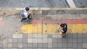 La vue aérienne et la vue supérieure avec l'homme de tache floue avec le smartphone est de plain-pied photographie stock