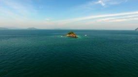 La vue aérienne, hélicoptère vole autour de la roche dans l'Océan Indien, près de Phuket, la Thaïlande Photographie stock libre de droits