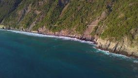 La vue aérienne ondule la coupure sur la plage blanche de sable au coucher du soleil Les vagues de mer sur le beau bourdon 4k de  banque de vidéos