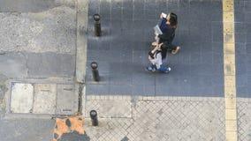 La vue aérienne supérieure des personnes marchent sur le walkwa de piéton de ville Images stock
