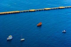 La vue aérienne sur des bateaux s'approchent du pilier Images libres de droits
