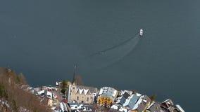 La vue aérienne sur le ferry sur Hallstatter voient, Salzkammergut, Autriche clips vidéos