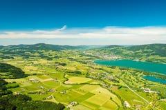 La vue aérienne sur le petit colis agricole coloré met en place près du lac Mondsee, Vocklabruck, Autriche photographie stock