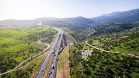 La vue aérienne a tiré voler au-dessus des gisements de collines vertes Images libres de droits