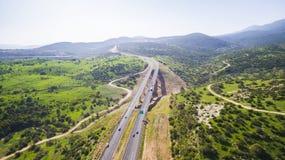 La vue aérienne a tiré voler au-dessus des gisements de collines vertes Photographie stock