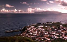 La vue aérienne vers Vila font l'île de Corvo et de Flores au coucher du soleil, île de Corvo, Açores, Portugal images stock