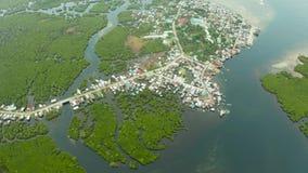 La vue aérienne la ville est dans les palétuviers Siargao, Philippines clips vidéos
