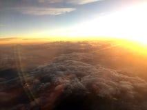 La vue aérienne voient la lumière du soleil d'or et les nuages Photo stock