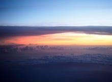 La vue aérienne voient le ciel bleu et le brouillard d'horizon Image stock