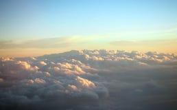 La vue aérienne voient le ciel bleu et les nuages mous Images stock
