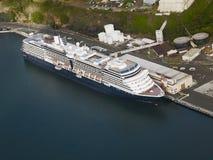 La vue aérienne d'un bateau de croisière s'est accouplée dans le port de Hilo Photographie stock libre de droits
