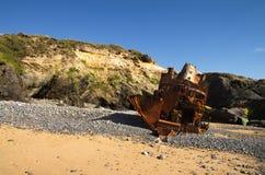 La vue arrière d'un bateau de poussoir a détruit à une plage Photographie stock