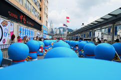 La vue arrière de Doraemon figure dans la ville de port Image stock