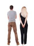 La vue arrière de jeunes couples étreignent et examinent la distance Images stock