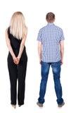 La vue arrière de jeunes couples étreignent et examinent la distance Photo libre de droits
