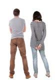 La vue arrière de jeunes couples étreignent et examinent la distance Image libre de droits