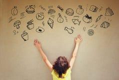La vue arrière de l'enfant mignon imaginent de diverses nourritures avec l'ensemble d'infographics au-dessus de fond texturisé de photos libres de droits