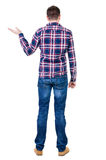 La vue arrière de l'homme bel dans la chemise à carreaux gardent sur l'ha photographie stock libre de droits