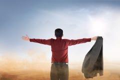 La vue arrière de l'homme d'affaires asiatique a soulevé des mains avec la paume ouverte priant à un dieu images stock