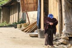 La vue arrière de la vieille dame dans le petit village Photos libres de droits