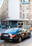 La vue arrière de la voiture de luxe de Mercedes-Benz CLS a garé sur une rue dedans Image stock