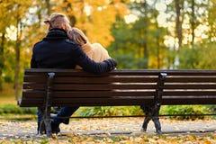 La vue arrière des couples se repose sur un banc Images stock