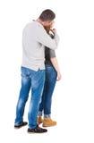 La vue arrière des jeunes embrassant des couples (homme et femme) étreignent et regardent Image libre de droits