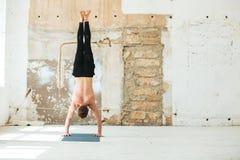 La vue arrière intégrale d'un yoga de pratique d'homme pose image libre de droits