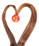 La vue au coeur de forme échoue des cheveux avec l'intérieur de pomme d'isolement Photo stock