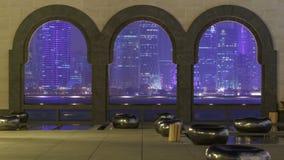 La vue au coeur du monde de finances du timelapse de nuit de Doha a pensé les voûtes d'arbre clips vidéos