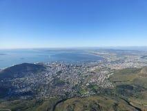 La vue au-dessus de la montagne de ville et de Tableau du seaa dégrossissent Photos stock