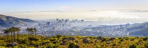 La vue au-dessus de la montagne de ville et de Tableau du seaa dégrossissent Photographie stock