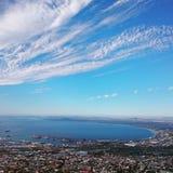 La vue au-dessus de la montagne de ville et de Tableau du seaa dégrossissent Photo stock