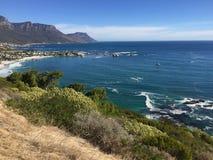 La vue au-dessus de la montagne de ville et de Tableau du seaa dégrossissent Photo libre de droits