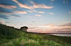 La vue au-dessus des falaises aboient au coucher du soleil avec des yachts dans le compartiment Photos libres de droits