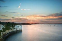 La vue au-dessus des falaises aboient au coucher du soleil avec des yachts dans le compartiment Image stock