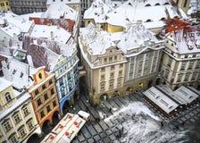 La vue au-dessus des maisons et les toits du haut de Staromestska dominent Photographie stock